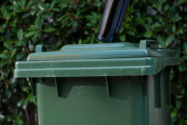 """Cassonetti con chiusura """"Gravimetrica"""" (per raccolta """"porta a porta"""" in grandi condomini e utenze non domestiche che producono grandi quantità di rifiuti d'imballaggio in vetro, come Bar e Ristoranti)"""